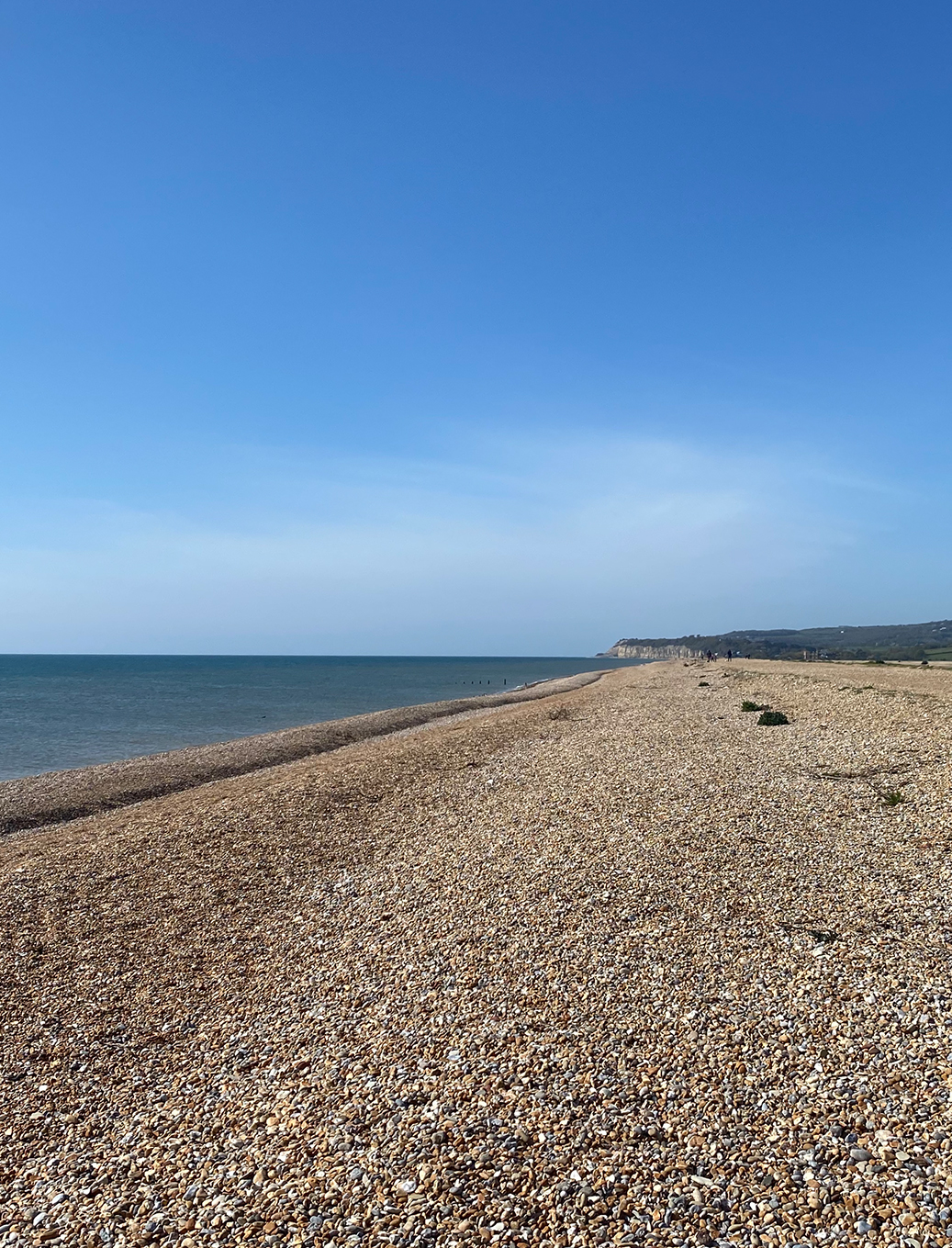 The blue sky and pebbled beach at Winchelsea