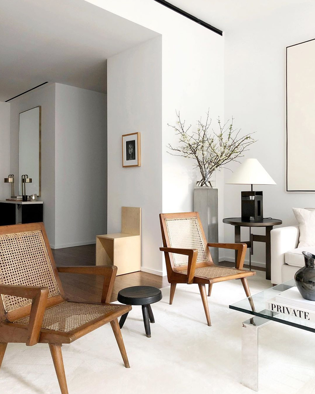Work from home in this bright, white minimal interior via @alyssakapitointeriors.
